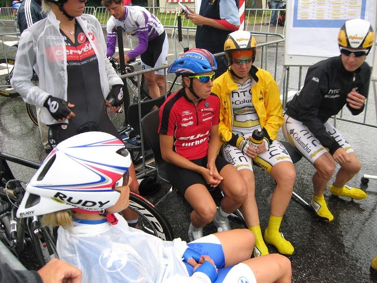 Die Frauen warten auf den Start ins Zeitfahren (© LiVE-Radsport.com)