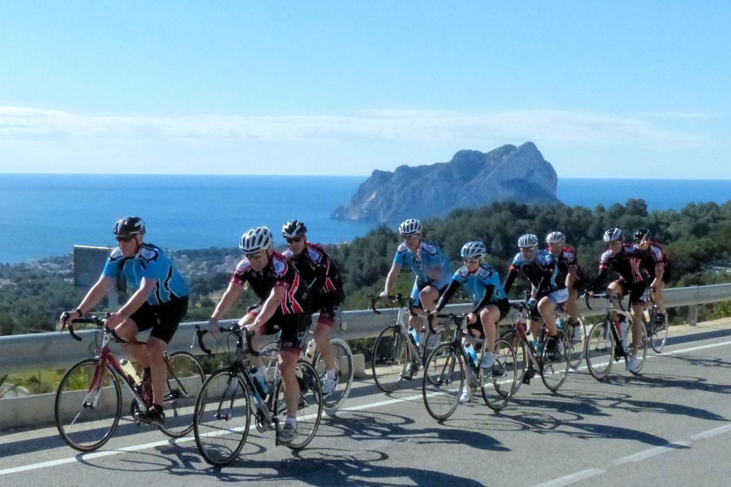 René`s Fitnessgruppe im Aufstieg nach Benimarco, im Hintergrund der Peñon de I`fach