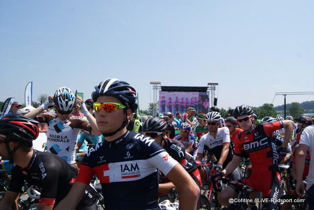 während die meisten Fahrer schon Aufstellung zum Start genommen haben steht Team Lampre noch auf der Präsentationsbühne