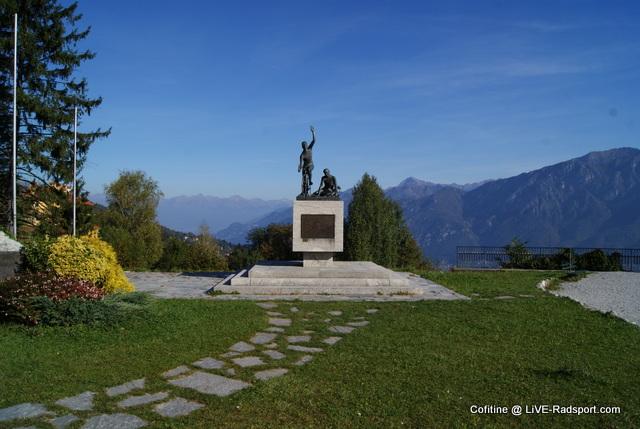 Ein Denkmal auf dem Gelände des Museo del Ciclismo Madonna del Ghisallo