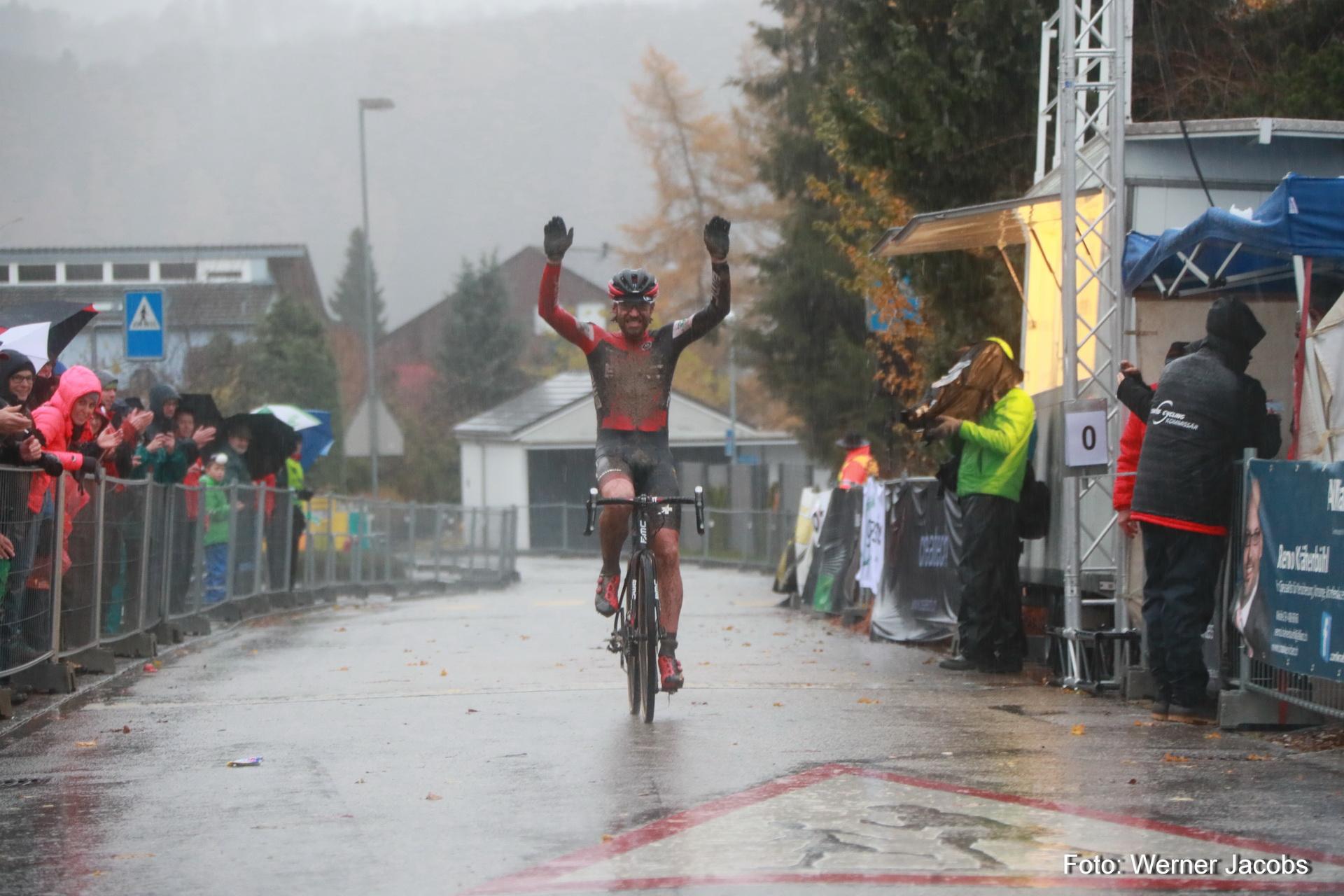 Lars Forster gewinnt das Rennen der Herren - Foto: Werner Jakobs