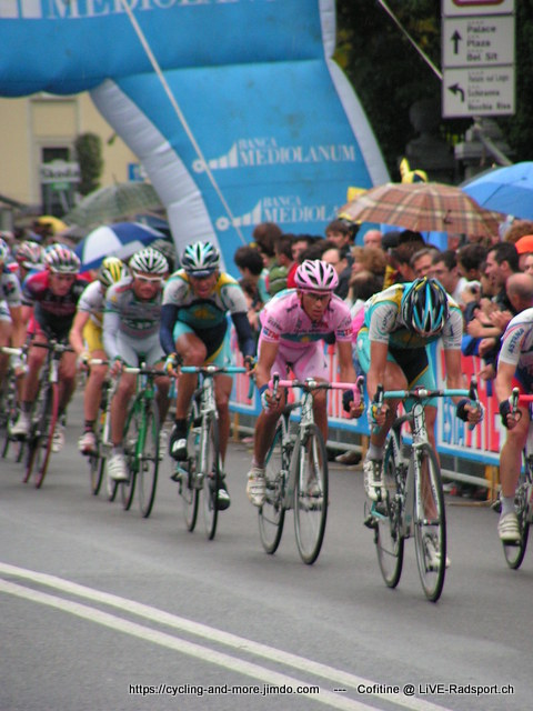 Alberto Contador zwischen Astana-Teamkollegen beim Giro d'Italia 2008