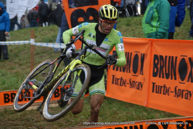 Marcel Wildhaber - hier schon im Leadertrikot beim Rennen in Hittnau - hat die Gesamtwertung der EKZ-Cross-Tour gewonnen