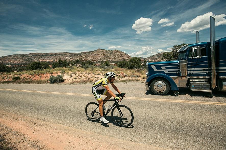 Auch auf den kleinen Seitenstraßen große LKWs (Foto: Lex Karelly)
