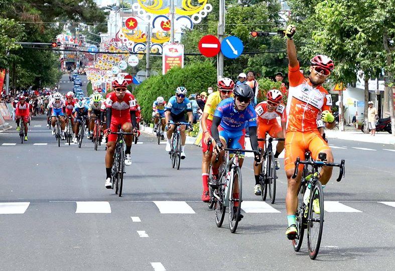 Le Nguyet Minh sprintet an Teamkollege Nguyen Duong Ho Vu vorbei zu seinem 2. Etappensieg beim HTV Cup (Foto: facebook.com/htvthethao)