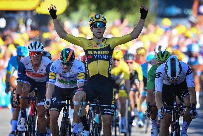 Wout Van Aert ist auf der 5. Etappe der Tour de France von niemandem zu schlagen (Foto: twitter.com/jumbovismaroad)