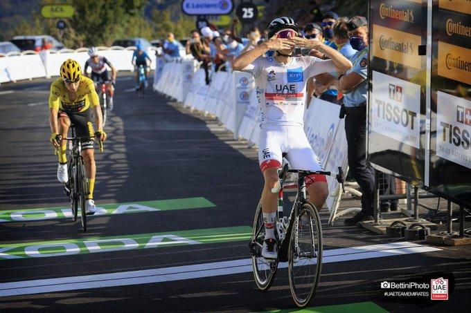 Tadej Pogacar feiert auf dem Grand Colombier im Sprint vor Primoz Roglic seinen zweiten Tour-Etappensieg (Foto: twitter.com/TeamUAEAbuDhabi)