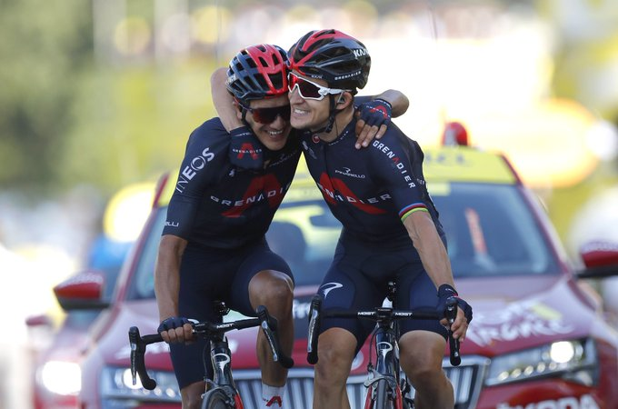 Die Ineos-Teamkollegen Richard Carapaz und Michal Kwiatkowski freuen sich über ihren Doppelsieg (Foto: twitter.com/kwiato)