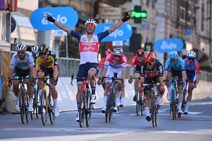 Jasper Stuyven gewinnt Mailand-Sanremo knapp vor (v.l.n.r.) Sagan, Van Aert, Van der Poel und Ewan (Foto: twitter.com/Milano_Sanremo)