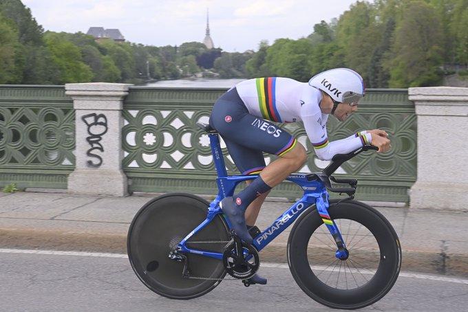 Weltmeister Filippo Ganna gewinnt das Giro-Auftaktzeitfahren durch Turin (Foto: twitter.com/giroditalia)