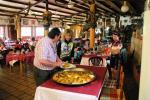 """Chef """"Paco"""" schöpft selbst die feinen Paellas für die Cyclistas"""