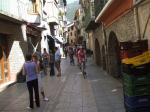 Gustis Gruppe durch die engen Gassen von Sort zur Boccadillo Bar
