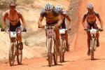 Die Fahrer quälen sich durch Hitze und Staub, vorne Isaac Tonello, Nr. 41, Führender Kategorie M1 (Foto: crocodile-trophy.com)