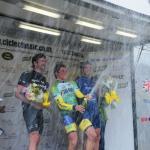 East Midlands International Cicle Classic: Sieger Michael Berling lässt den Korken knallen, links der Zweite Dan Craven, rechtes der Dritte Yanto Barker (© Bennet G. Wright)