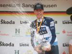 Jens Voigt griff seine Kontrahenten mit einer Sektdusche an (© LiVE-Radsport.com)