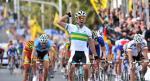 Der Australier Michael Matthews bejubelt seinen klaren Sieg bei der U23-WM, Deutschlands John Degenkolb (re.) wird Zweiter (Foto: melbourne2010.com.au)