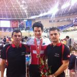 Weltcup Peking: Claudio Imhof nach dem Gewinn der Bronzemedaille im Punktefahren mit Nationaltrainer Daniel Gisiger (links) und Physiotherapeut Dan Pöschick (rechts)