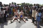Heinrich Berger inmitten zahlreicher neugieriger Kinder nach einer Etappe der Tour du Faso
