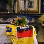 Trikot des Tour-Siegers Cadel Evans auf dem Altar in der Kapelle Madonna del Ghisallo