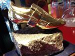 Goldener Radschuh als Trophäe bei der 25. Dolomitenradrundfahrt