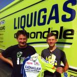 Liquigas-Cannondale-Manager Roberto Amadio überreicht Matthias Krizek sein neues Trikot