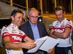 Josef Margreiter und Thomas Pupp übergeben UCI-Präsident Pat McQuaid die Bewerbungsunterlagen (Foto: Tirol Werbung)