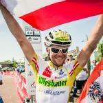 Christoph Strasser freut sich über den neuen Streckenrekord beim RAAM 2013 (Foto: Karelly/www.lupispuma.com)