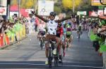 Carlos Alberto Betancur gewinnt die 5. Etappe von Paris-Nizza vor zwei Mitausreißern und dem heranbrausenden Feld (Foto: letour.fr/P.Perreve)
