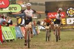 Christoph Sauser und Frantisek Rabon bejubeln ihren Sieg auf der 3. Etappe von Cape Epic (Foto: Shaun Roy/Cape Epic/SPORTZPICS)