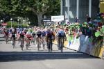 Nikias Arndt (r.) und Kris Boeckmans (l.) kommen auf der 3. Etappe der Dauphiné fast gleichauf über die Ziellinie (Foto: letour.fr/Veranstalter)