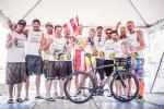 Christoph mit seinem Team (Foto: Karelly / lupispuma.com)