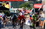 Alexander Kristoff jubelt über den Tour-Etappensieg, Peter Sagan lässt enttäuscht den Kopf hängen (Foto: Veranstalter/letour.fr)