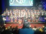 Patrick Moster überreicht Marcel Kittel die Trophäe für die Wahl zu Deutschlands Radsportler des Jahres