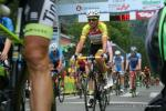 der Leader Víctor De La Parte kommt ins Ziel der 7. Etappe in Innsbruck