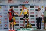 der Zweitplatzierte der Gesamtwertung Ben Hermans gratuliert dem Sieger Víctor De La Parte