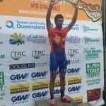 Gesamtführender Nicolas Pettina (ITA) mit der Etappentrophäe: einem Boomerang (Foto: Crocodile Trophy)