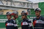 kritische Blicke bei Mathias Frank - Jarlinson Pantano und Larry Warbasse vor dem Start in Bergamo