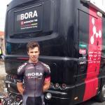Phil Bauhaus vor dem Bus seines Teams Bora-Argon 18