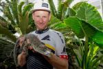 Urs Huber auf Tuchfühlung mit einem Krokodil (Foto: Crocodile Trophy/Regina Stanger)