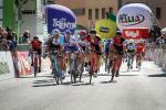Sprintsieg für Matteo Montaguti (AG2R La Mondiale) in Cles vor Thibaut Pinot (FDJ) und Rohan Dennis (BMC) (Foto: Josef Vaishar)