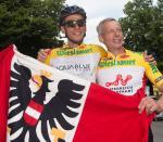Denifl im Ziel mit seinem Vater Ernst, früher erfolgreicher Mountainbiker (Foto: Expa Pictures)