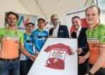 Die Radprofis präsentieren mit LR Strugl und Franz Steinberger das neue rote Führungstrikot (Copyright: Expa Pictures)