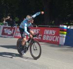 Remco Evenepoel bejubelt den Sieg im WM-Zeitfahren der Junioren in Innsbruck (Foto: Heike Oberfeuchtner/H.O.)