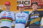 Das Podium der Männer: Weltmeister Wout Van Aert, Europameister Mathieu van der Poel und Weltcup-Leader Toon Aerts
