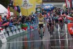 Jubel im Gelben Trikot: Primoz Roglic feiert seinen zweiten Etappensieg bei der Tour de Romandie 2019 (Foto: Christine Kroth/cycling and more)