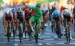 Sam Bennett schlägt den amtierenden Weltmeister Mads Pedersen und Ex-Weltmeister Peter Sagan auf den Champs-Élysées (Foto: twitter.com/deceuninck_qst)