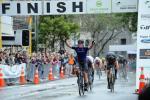 Stewart Campbell gewinnt vor dem Gesamtsieger Corbin Strong die letzte Etappe des New Zealand Cycle Classic (Foto: facebook.com/NZCycleClassic)