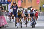 Tim Merlier schlägt Groenewegen, Sagan, Nizzolo und Viviani (v.l.n.r.) im ersten Giro-Massensprint (Foto: twitter.com/giroditalia)