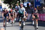 Peter Sagan feiert seinen Sieg vor Fernando Gaviria (rechts) und Davide Cimolai (links) (Foto: twitter.com/giroditalia)