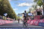 Der Schweizer Mauro Schmid schlägt den Italiener Alessandro Covi im Sprint um den Sieg auf der Strade-Bianche-Etappe (Foto: https://twitter.com/giroditalia)